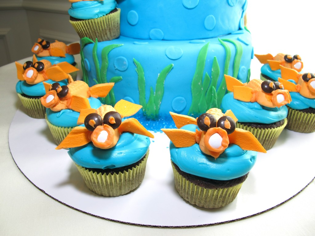 The Bride-to-be's awesome Maid of Honor made this amazing kissing fish cake and cupcakes for the party.