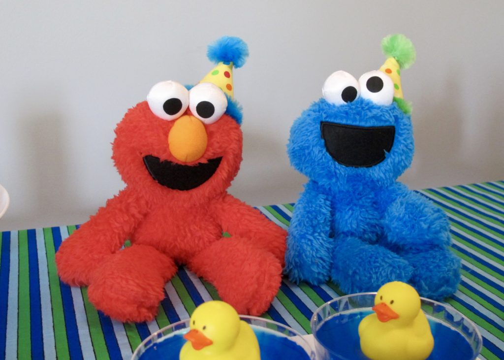 Sesame Street RENT MY PARTY, available on etsy, this ready to go party will be customized with your child's name and age and arrive on your doorstep ready to go. Check out the below video...